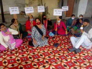 महिला दिवस पर मोथरोवाला में महिलाओं ने अवैध गौशाला को बंद करने की मांग को लेकर दिया धरना