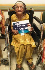 99 वर्षीय महिला ने कोविड का टीका लगवाया