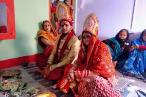 कोरोना ने बदले रीति रिवाजः बारात लेकर साथ फेरे लेने दूल्हे के घर पहुंची दुल्हन