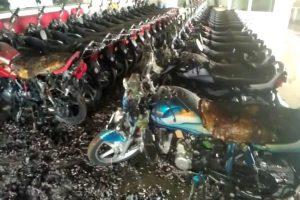 शोरूम में लगी आग, कई बाइक जलकर हुईं खाक