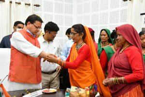 महिलाओं ने मुख्यमंत्री पुष्कर सिंह धामी की कलाई पर रक्षा सूत्र बांधकर दी रक्षाबंधन पर्व शुभकामनाएं