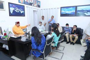 कार्यों की धीमी गति को देखते हुये कबीना मंत्री सतपाल महाराज ने अधिकारियों को तेजी लाने के दिये निर्देश