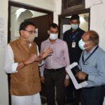मुख्यमंत्री पुष्कर सिंह धामी ने किया नगर निगम कार्यालय देहरादून का औचक निरीक्षण