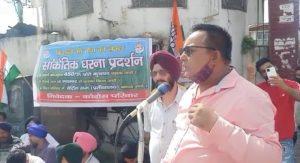 डोईवाला में कांग्रेस कार्यकर्ताओं ने, गन्ना समर्थन मूल्य को लेकर शुगर मिल के बाहर किया प्रदर्शन