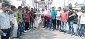 भाजयुमो कार्यकर्ताओं ने फूंका पूर्व सीएम हरीश रावत का पुतला